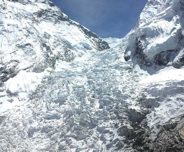 Ледопад Кхумбу на Эвересте берет свое начало с Западного цирка и течет на 1000 метров вниз к долине Кхумбу. Фото nepalitimes . com