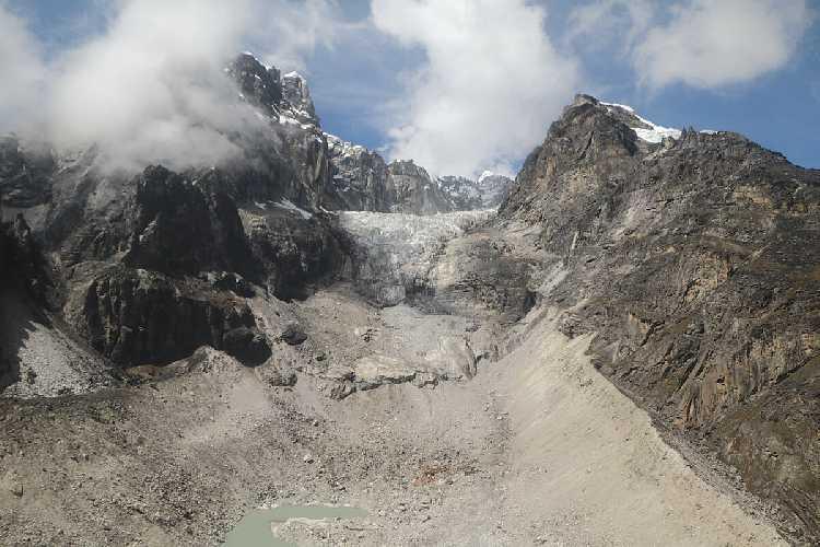Ледник Лобуче теперь представляет собой висячую над обрывом морену. Фото nepalitimes . com