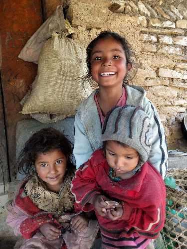 Дети у чайного домика. Фото Nepali Times