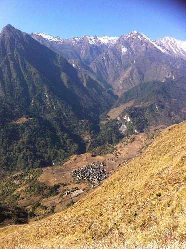 На южном склоне перевала горы Гурджа расположена деревушка Луланг (Lulang). Фото Nepali Times