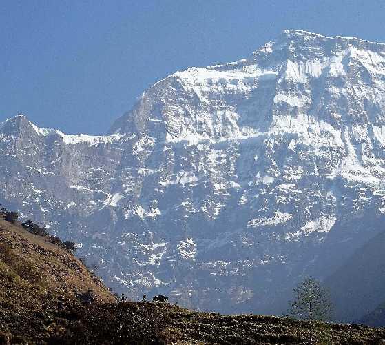 гора Гурджа (Gurja / Gurja Himal, 7193 м) потрясает своей огромной южной стороной, возвышающейся практически на 4 километра над долиной у её подножия. Фото  JOY STEPHENS