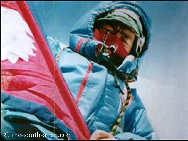 Анг Рита Шерпа (Ang Rita Sherpa) на вершине Эвереста. Фото the-south-asian . com