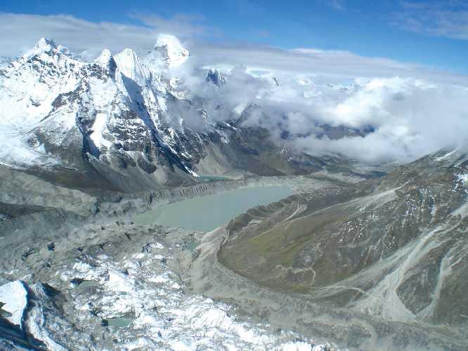 Озеро Имджа-Цо (Imja Tso) не существовало на треккинговых картах 30 лет тому назад. Сегодня его размеры 2 км в длину и 1 км в ширину. Подобные небольшие озера усеивают покрытый измолотой горной породой ледник . Фото nepalitimes . com