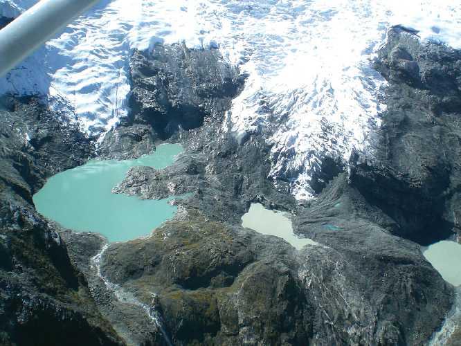 Зелёная и синяя талая вода на леднике северного склона Ама-Даблам обнажила под бывшим ледовым покровом скальную породу. Фото nepalitimes . com