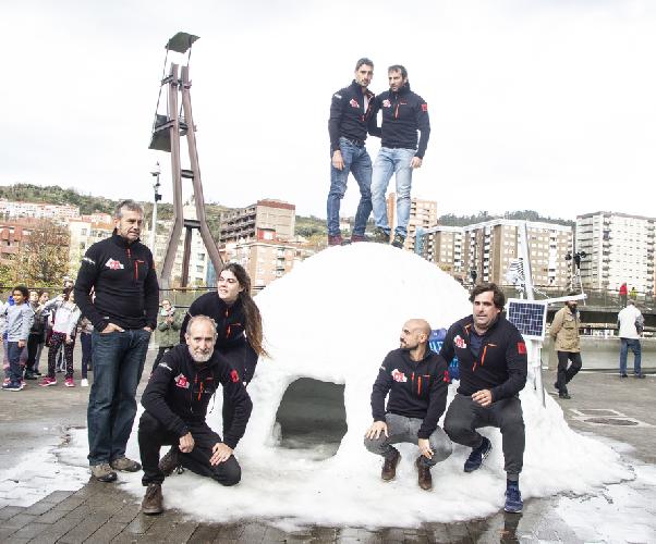 Алекс Тикон (Alex Txikon) с командой, во время презентации экспедиции на вершину К2 зимой 2019 года. Фото Alex Txikon