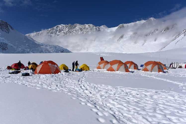 Базовый лагерь у горы Винсон (Mount Vinson, 4892 метра). Фото mountainsoftravelphotos . com