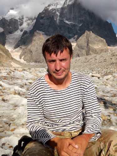 """Лаша с нами на привале на ушбинском леднике. В этот момент я спросил его -"""" скажи - что может быть лучше, чем находиться в горах?"""". Он ответил сразу и одним словом - """"Ничего"""".  Фото Сергей Дидора"""