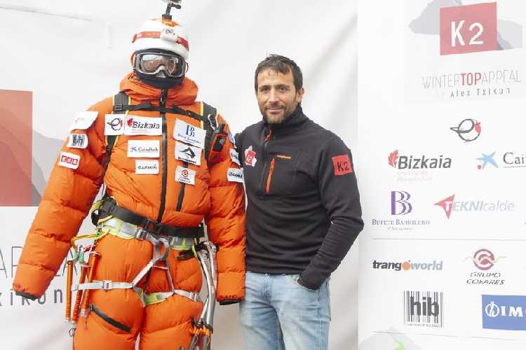 Алекс Тикон (Alex Txikon) с костюмом, в котором он планирует подняться на вершину К2 зимой 2019 года. Фото Alex Txikon