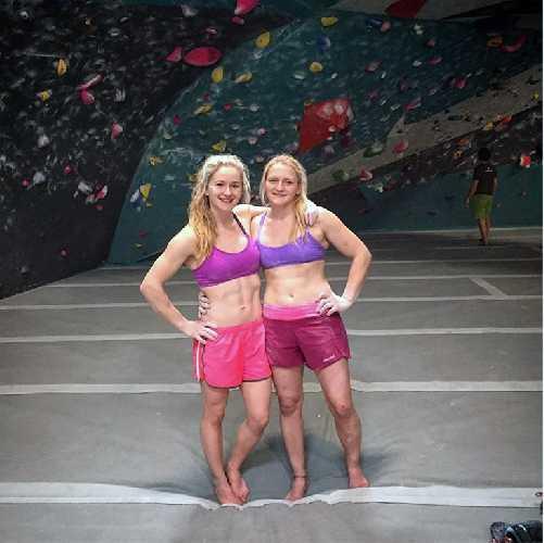 Шона Кокси (Shauna Coxsey)  и Лея Крей (Leah Crane). Фото eveningsends . com