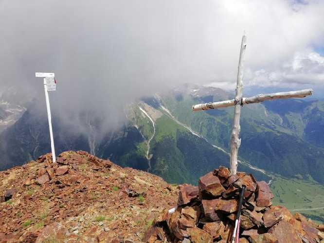 Вершина Бак. Саша Тюрин сам поднялся на вершину и сделал снимки перед ухудшением погоды. Фото Сергей Дидора