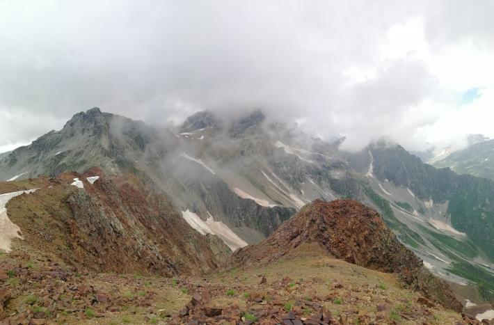 """Вид с вершины Бак на северо - запад - на Чарынду. Она в тумане. Классифицированный маршрут на неё есть с севера, называется """"с перевала Бак"""" (подразумевается западный). Маршрут пройден в 1903 году австрийско - немецкими восходителями. Фото Сергей Дидора"""