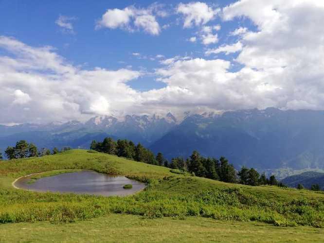 Озеро под перевалом Бак в Сванетии. На горизонте Сванетский хребет с непогодой, которая выше 3500 м. Фото Сергей Дидора