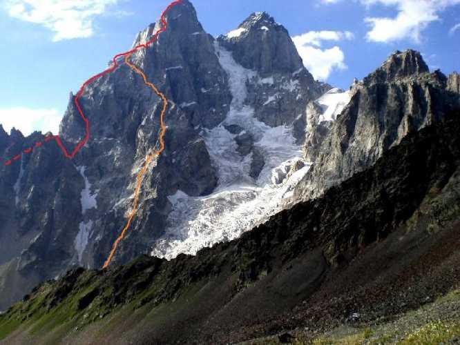 Оранжевая линия - это маршрут Габриэля Хергиани 1937 года на южную Ушбу с юго - востока. Это второй первопроход на южную Ушбу с южной стороны после первовосхождения Шульце 1903 года. И третий первопроход с учётом восхождения траверсом Дистеля ( с севера).   Красная линия - это маршрут Г. Бердюгина 1978 года по юго - западному гребню. До Мазерской зазубрины он идёт по маршруту Шульце 1903 года. На фото зазубрина видна острым жандармом, от которого линия сворачивает вправо. Шульце спустился на ту сторону гребня. Фото Сергей Дидора