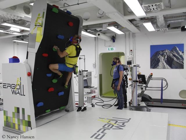 тест лёгочной функции на скалолазном стенде в Немецком аэрокосмическом центре (DLR) в Кельне. Фото DLR