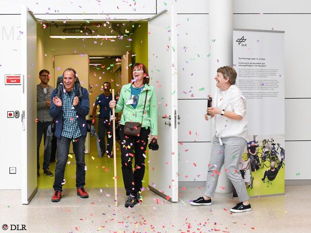 Нэнси Хансен (Nancy Hansen) и Ральф Дуймовиц (Ralf Dujmovits) покидают Немецкий аэрокосмический центр (DLR) в Кельне. Фото DLR