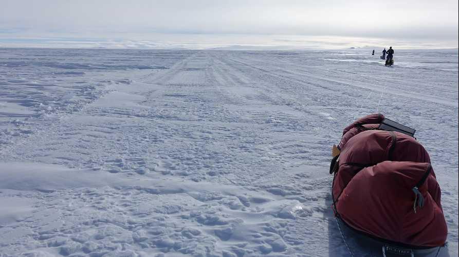 пересечение Южного Полюса. Дорога от Южного Полюса через Трансантарктические горы к шельфу Росса и далее к станции МакМердо. Фото  Eric Phillips
