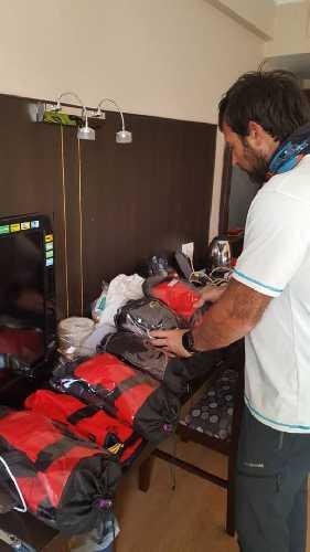 Алекс Тикон выбирает перчатки для зимнего восхождения на К2. Фото Alex Txikon