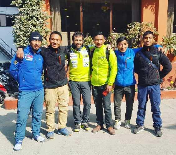 Алекс Тикон с шерпами в Непале. Перед стартом зимней экспедиции на К2. Фото Alex Txikon
