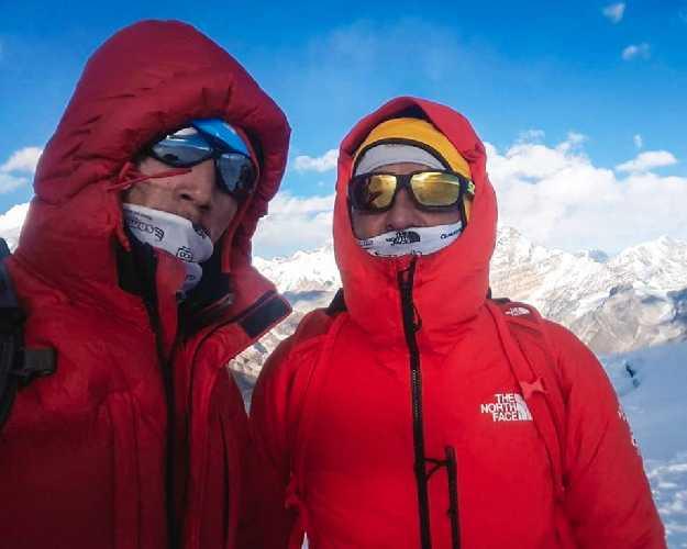 Симоне Моро (Simone Moro) и Пемба Галье Шерпа (Pemba Gyalje Sherpa) на вершине Мера Пик (Mera Peak, 6474 метров). Фото Simone Moro