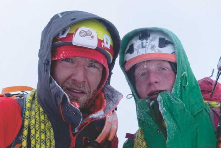 Кирилл Белоцерковский с Григорием Щукиным на вершине плохая видимость и холодно. Фото Кирилл Белоцерковский