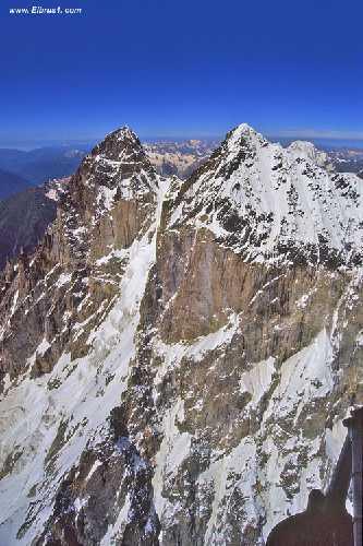 Вид на массив Ушбы с северо востока ближе к северу. С вертолёта. На дальнем плане южная Ушба. Фото Сергей Дидора