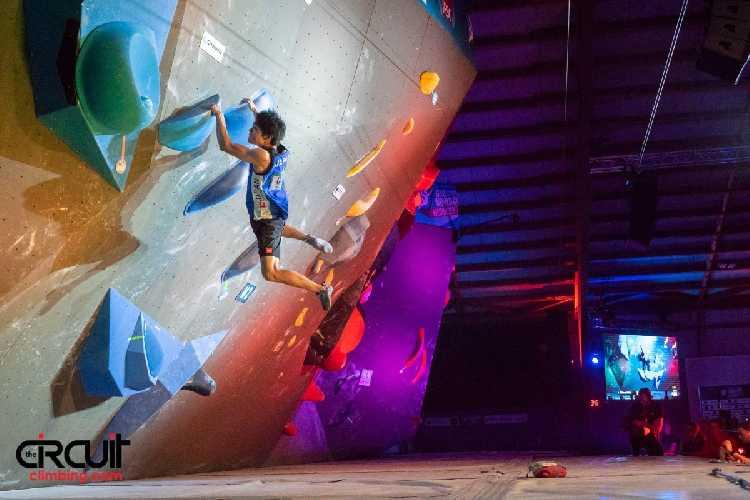 Томоа Нарасаки (Tomoa Narasaki) на соревнованиях по скалолазанию в дисциплине боулдеринг. Фото Eddie Fowke / The Circuit Climbing