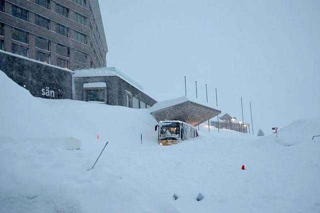 Занесенный снегом вход в отель Säntis. Фото Keystone