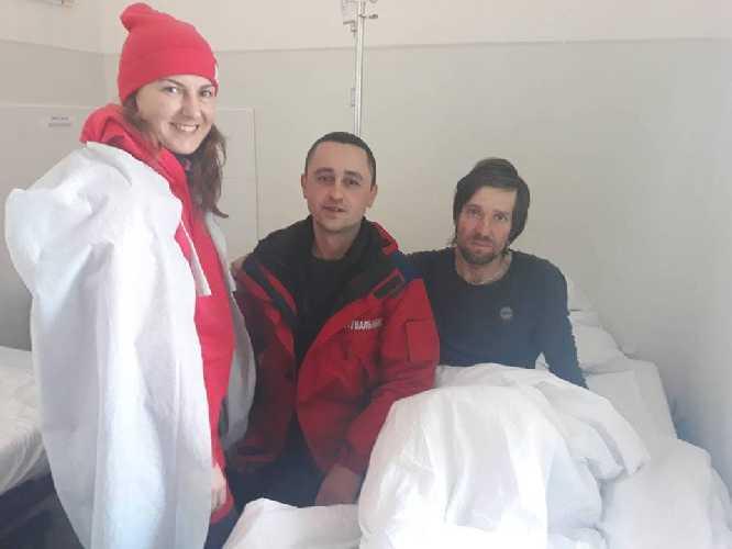Игорь Грищенко в больнице. Рядом  - жена и один из спасателей