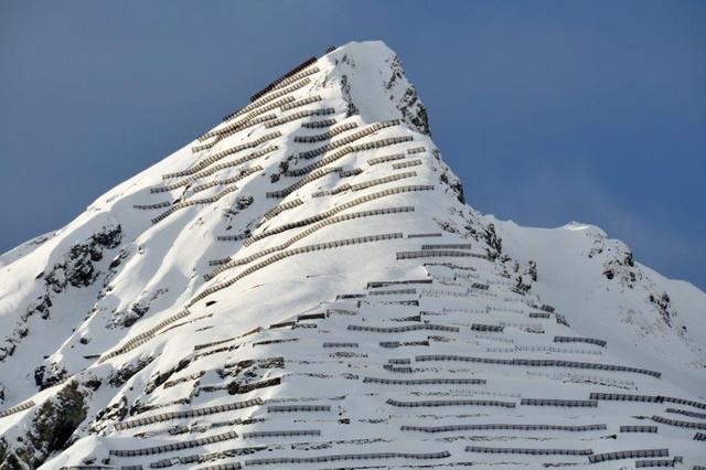 Противолавинные барьеры на склонах горы Шиахорн (Schiahorn) над Давосом в кантоне Граубюнден на востоке Швейцарии.  (Stefan Margreth, SLF)