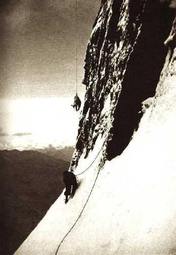 спаскоманда Hans Schlunegger, Arnold Glatthard и Adolf Rubi подходит к телу погибшего Тони Курца на северной стене Эйгера