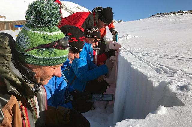 Ученые, наблюдающие и анализирующие состояние снежного покрова в горах Давоса. От их работы зависит точность предсказания степени риска возникновения лавины, а значит — жизнь и здоровье туристов.  Фото swissinfo.ch