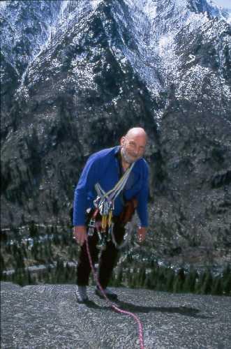 Том Хорнбейн (Tom Hornbein) на скалах.  Фото Jerry Kobalenko