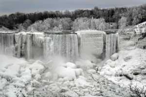 Замерзший Ниагарский водопад: редкий шанс для ледолазов