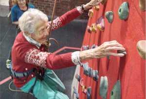 99-летняя британка Грета Плавмен поднялась по скалолазному маршруту