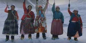 Боливийские женщины народности Аймара совершили восхождение на высочайшую вершину Южной Америки - Аконкагуа