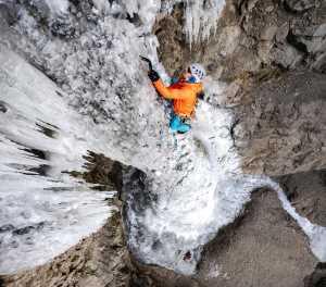 Индия и Непал проводят первые соревнования по ледолазанию