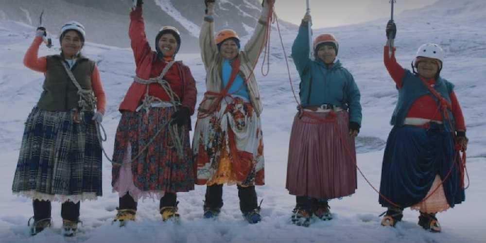 Группа из пяти коренных женщин народности Аймара (из Боливии). Фото Aconcagua Online