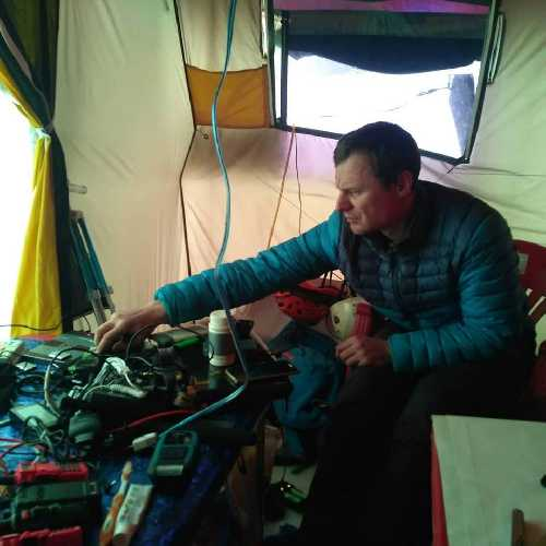 Артём Браун - лидер команды в базовом лагере. Фото Василия Пивцова и Дмитрия Муравьева