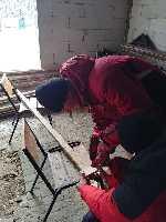 изготовление информационных указателей для туристов и лыжников на горе Гемба (Боржавский хребет) в Карпатах. Фото Василий Гутиряк