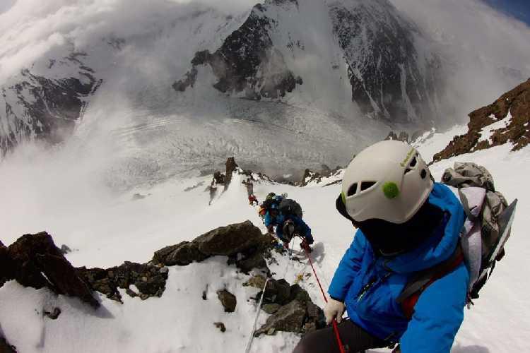 Вид с маршрута восхождения к второму высотному лагерю на ледник Годвин-Остен. Фото с летней экспедиции 2016 года, Madison Mountaineering
