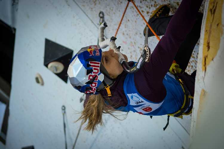 Петра Клингер на этапе Кубка Мира по ледолазанию. Фото theuiaa . org