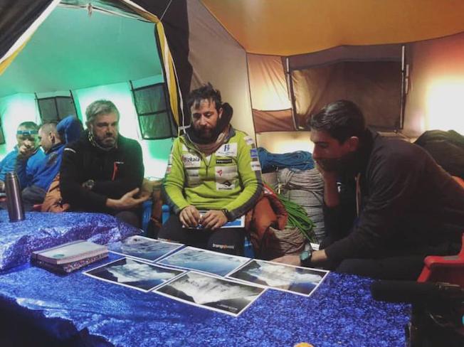 Алекс Тикон изучает фото склонов К2. январь 2019. Фото  Alex Txikon