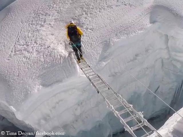 Тима Дерьян (Tima Deryan) при переходе ледовой трещины на Айленд-Пик. Фото Tima Deryan