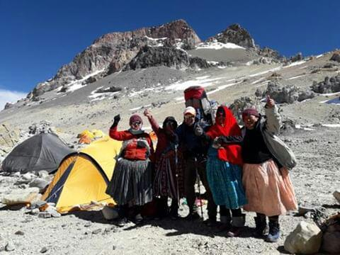 Группа из пяти коренных женщин народности Аймара (из Боливии) на склоне Аконкагуа. Фото Aconcagua Online