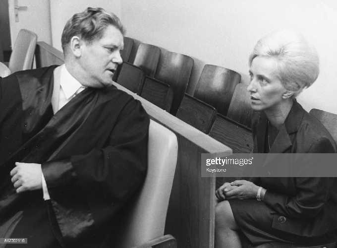 Дейзи Воог (Daisy Voog) со своим адвокатом доктором Пелка (Dr Pelka) во время судебного заседания по обвинению в мошенничестве со стороны работодателей 23 июня 1965 года. (Фото: Keystone / Hulton Archive / Getty Images)