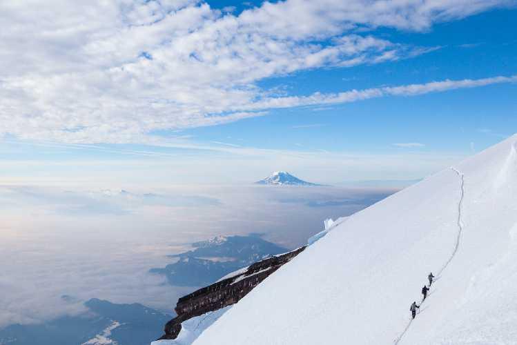 Спуск с вершины горы Рейнир (Mount Rainier). Фото Matt McDonald, 63mph . com