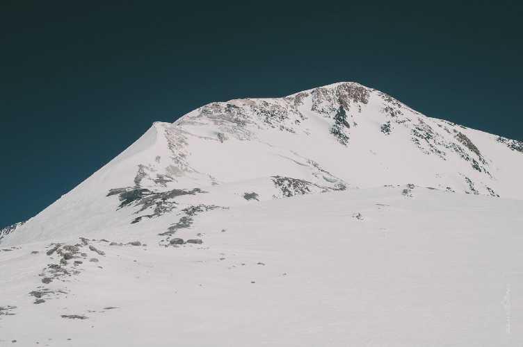 Вид на вершину пика Ленина с четвертого высотного лагеря. Фото Александр Павлов