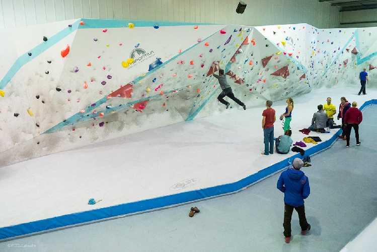 Тренировка на скалодроме. Фото Petzl . co