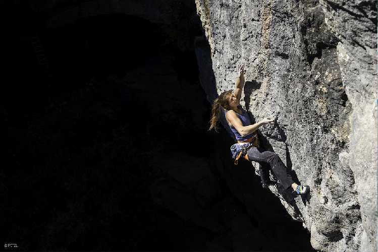 Шарлота Дюриф (Charlotte Durif) на скалах. Фото Petzl . com