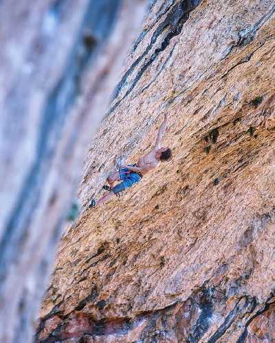"Адам Ондра (Adam Ondra) на маршруте ""Neanderthal"" категории 9b. Фото Jannovak Photography"